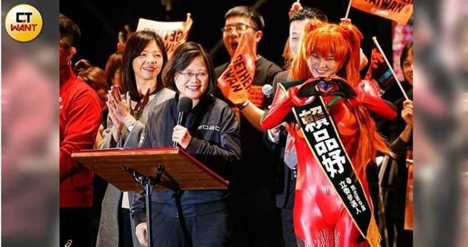 立委賴品妤因熟悉動漫等流行次文化深受年輕人歡迎,她在去年12月台灣大凱旋演唱會上扮成《新世紀福音戰士》明日香,還原度極高,紅到國外去。(圖/黃耀徵攝)