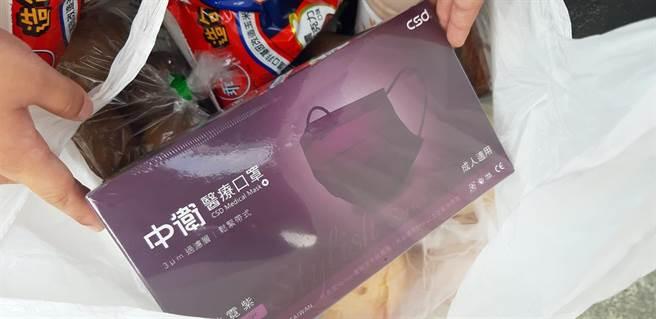 一位媽媽在全聯意外撇見一盒「炫霓紫」中衛口罩,價格意外不高貴,網友直呼好羨慕。(圖擷自《我愛全聯-好物老實說》)