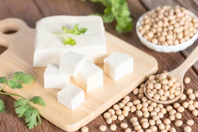 營養師曝「豆腐熱量」排行,百頁豆腐超級油,引網驚呆,每次吃滷味都點。(示意圖/Shutterstock)