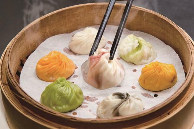 「點水樓」的菜色兼具中菜的深度與廣度,從大菜到小點都非常講究。圖為七彩小籠包。(圖/點水樓提供)