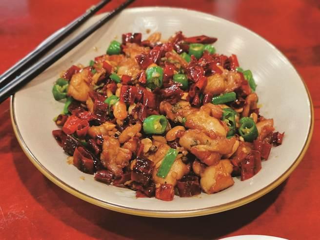 「三椒川渝」的水煮魚、辣子雞丁,沒有過分改良迎合現代風潮,而是堅守古早味,傳承正統川菜的飲食文化。(圖/焦桐)