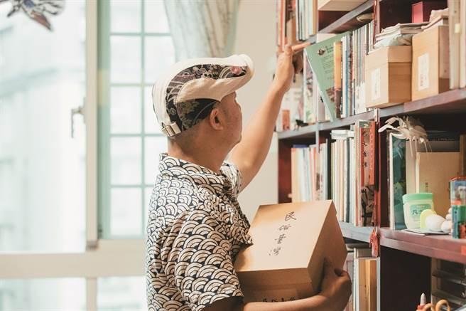 在藏書家黃震南的引領之下,紙本承載的思潮變遷讓過往的人文歷史在腦中更加立體。(圖/蔡耀徵攝)