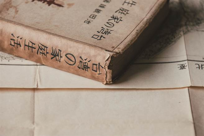 《台灣的家庭生活》由當時雜誌界風雲人物之一池田敏雄主編,詳盡記錄從宗教至吃食的艋舺常民生活。(圖/蔡耀徵攝)