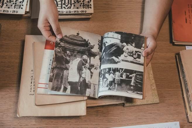 由日本人編撰出版的雜誌《民俗臺灣》,以豐富的圖文記錄艋舺龍山寺前,民眾欣賞日蝕的景象。(圖/蔡耀徵攝)