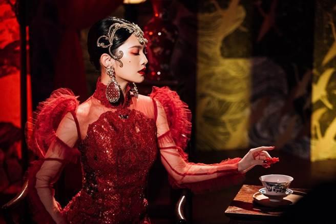 楊丞琳扮古今中外6大美麗壞女人,向經典人物致敬。(環球音樂提供)