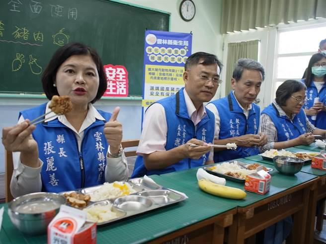 雲林縣長張麗善(左)到學校用餐,宣示營養午餐禁用瘦肉精。(張朝欣攝)