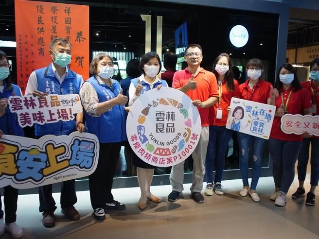 雲林縣長張麗善(左四)頒布零瘦肉精餐廳認證標章。(張朝欣攝)