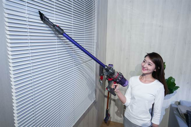 台灣家庭常見的百葉窗葉片則可透過 Dyson 二合一組合吸頭輕鬆解決難以清潔的塵垢。(Dyson提供/黃慧雯台北傳真)