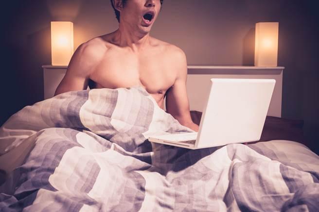 台北1名男大生被女網友慫恿開視訊裸體純聊天,後續被全程錄下自己DIY的畫面,導致自己被敲詐6000元的遊戲點數。(示意圖/達志影像)