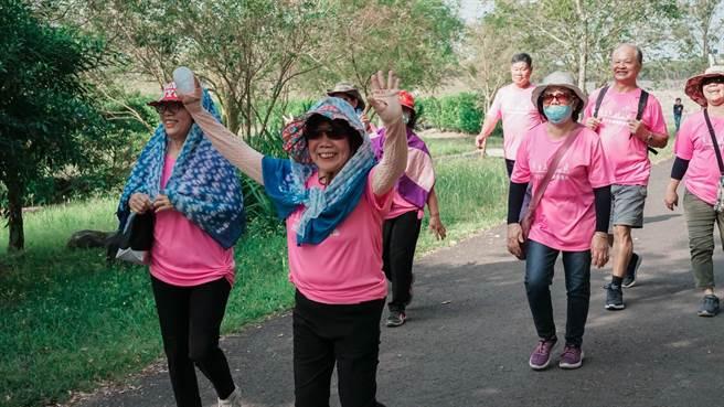 近年全民瘋馬拉松,大大小小頂著烈陽跑跑跑,而弘道老人福利基金會不甘長輩沒得跑,將辦「類路跑」喚醒大家對長輩預防憂鬱的重視。(謝佳潾攝)
