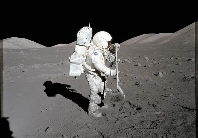 根據阿波羅任務的經驗,太空衣很容易沾附月球表面的塵土,而這些塵土很尖銳,對儀器、裝備以及人員都有傷害。(圖/NASA)