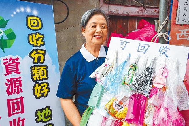 慈濟環保志工王麗花撿拾塑膠袋不間斷,因頻頻前往菜市場做環保,還被稱作「市」長。(李忠一攝)