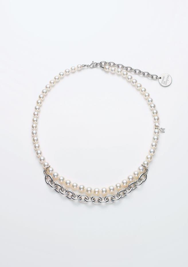 MIKIMOTO COMME des GARCONS珍珠串鍊 (金屬LOGO版),23萬1000元。(MIKIMOTO提供)