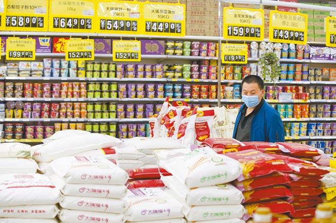 大陸進口轉弱,顯示內循環將面臨考驗。圖為山西省太原市消費者在超市購物。(中新社)