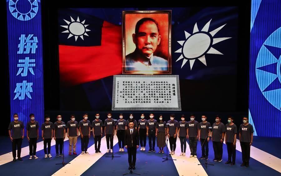 國民黨第20屆第4次全代會6日在國父紀念館舉行,黨主席江啟臣(前中)與團隊們領唱,為全代會揭開序幕。(劉宗龍攝)
