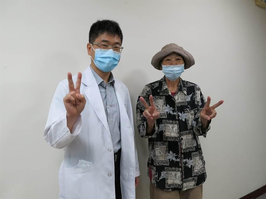肺腺癌患者罗妇(右)接受丰原医院胸腔内科主任邱振峰(左)使用标靶药物治疗,现已经可以自己走路。(王文吉摄)