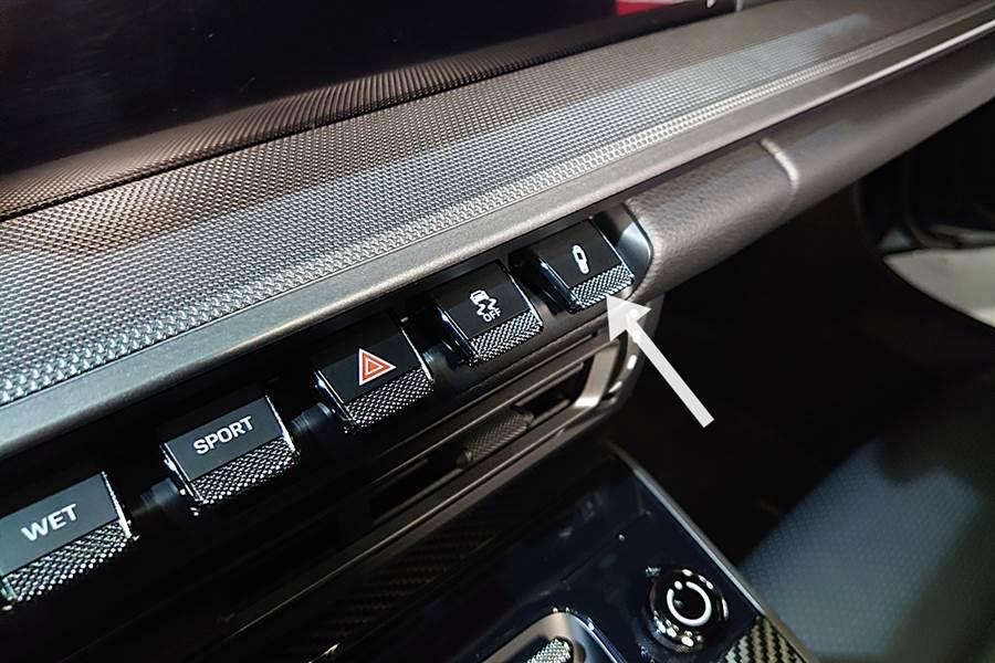 看到螢幕與專屬避震器按鍵,對於底盤功能僅有SPORT與NORMAL僅兩種選項覺得不過癮,不過各位朋友要記得,這是台超過300匹以上馬力的超跑,於速度超過200km/hr的當下,若駕駛分心去調整底盤,會有相當的危險,倒不如直覺地兩種模式切換,讓駕駛更專心於開車。