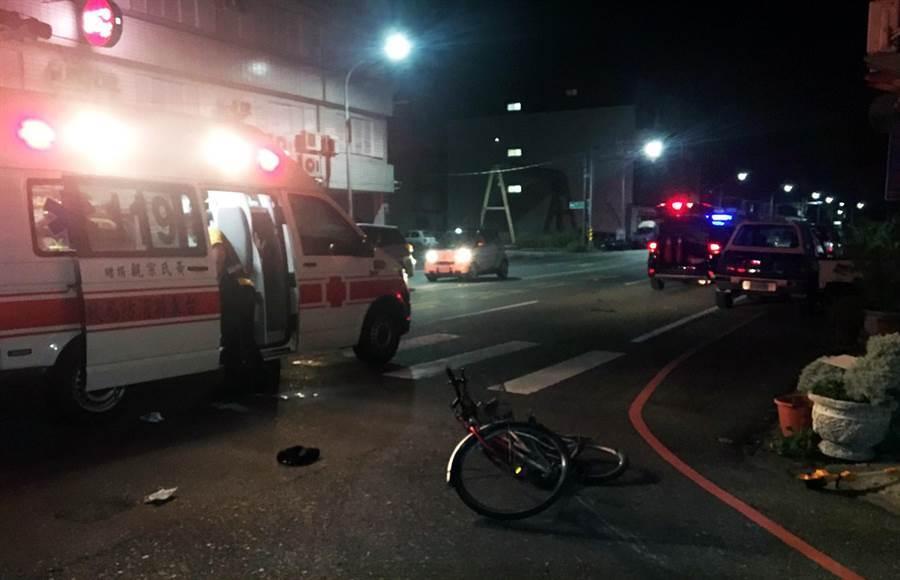 劉姓現役軍人開車擦撞到騎單車的孫姓友人後離開現場,救護車將受傷孫男送醫。(民眾提供/莊哲權台東傳真)