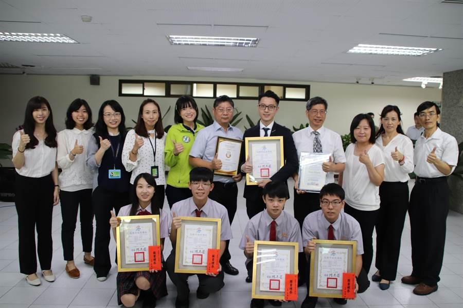 高雄正義高中師生利用眼動儀發明「邏輯思考能力檢測系統」,在「韓國WiC世界創新發明大賽」及「日本東京創新天才國際發明展」雙雙奪金。(洪浩軒攝)