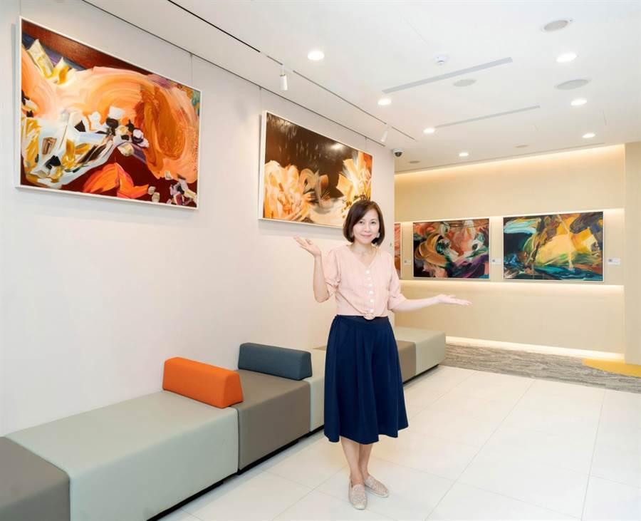 游依珊《漂浮》系列在多個銀行內巡展。(多納藝術提供)
