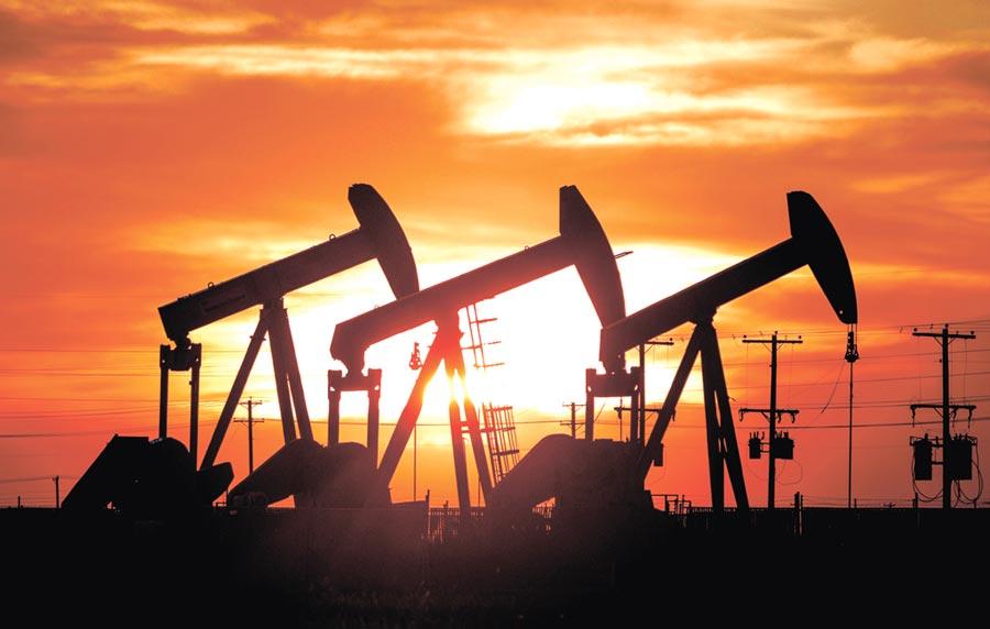 沙烏地阿拉伯大砍出口至亞洲的油品價格,加上大陸與全球石油需求不確定性,引發國際油價大跌。圖/美聯社