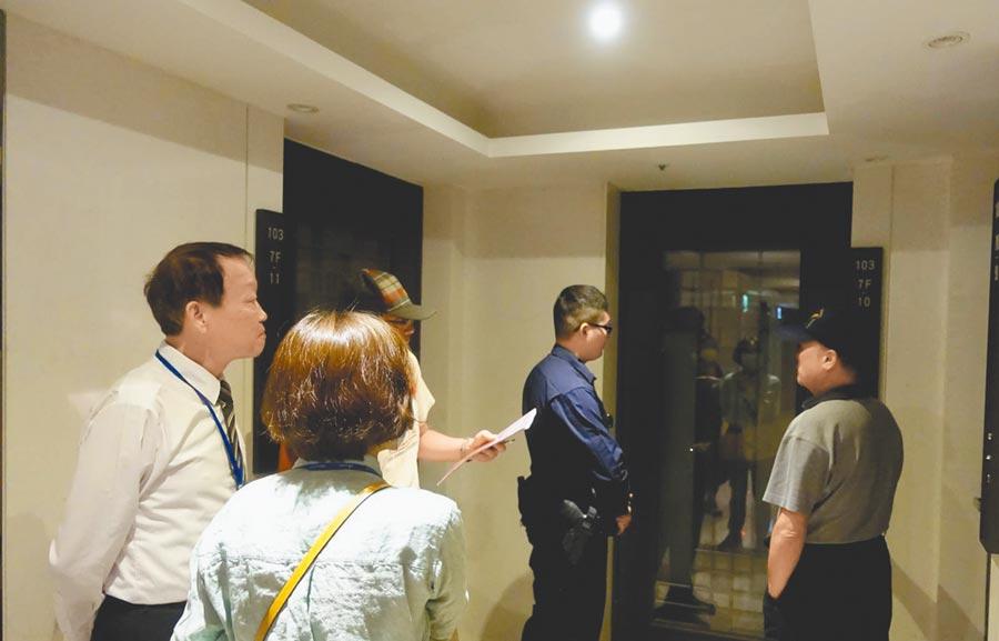北市7日宣布22日起若日租套房收居家檢疫民眾,將依法開罰並公開套房所有權人姓名和地址。圖為稽查日租套房情況。(台北市觀傳局提供/張立勳台北傳真)