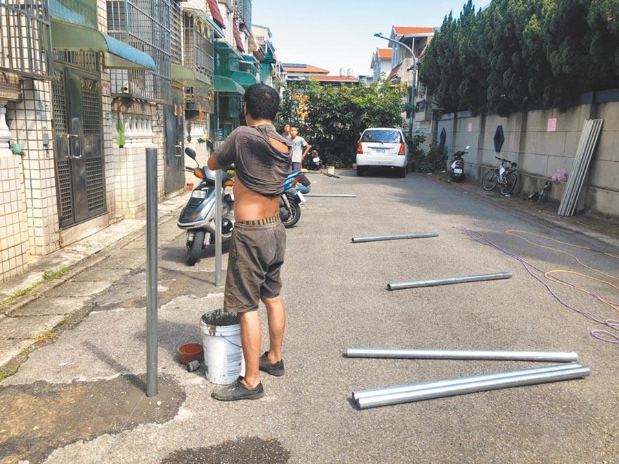 龍潭地主請工程單位施作鐵管封住部分路面,引來周邊居民的不滿。(黃婉婷攝)