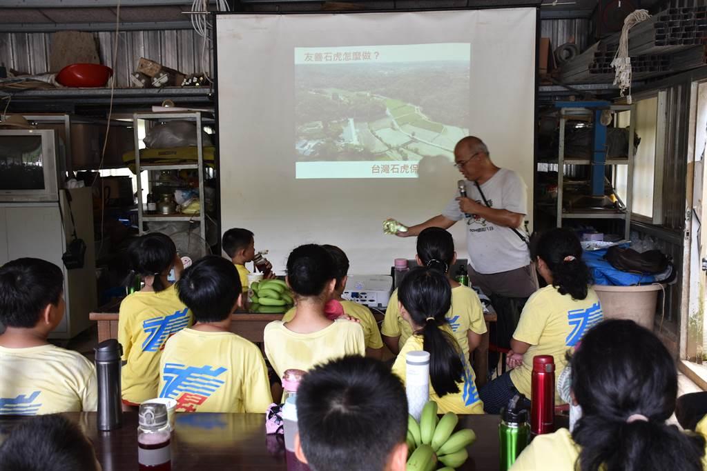 石虎生態教師帶領龍昇國小學生透過石虎攝影機了解石虎生活狀態。(謝明俊攝)