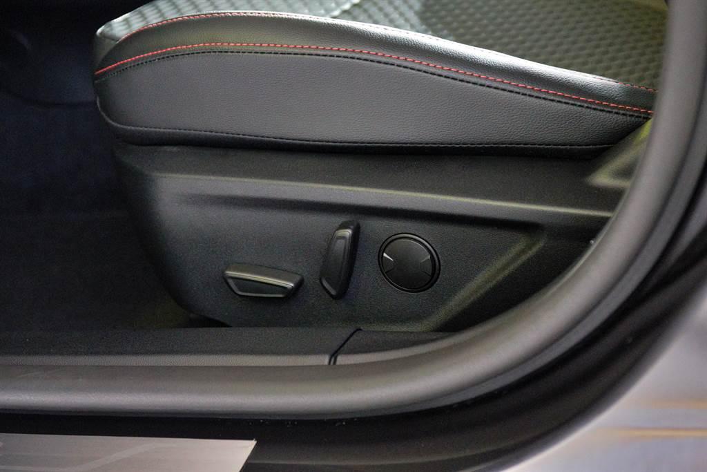 四門/五門ST-Line Lommel車型,皆標配八向電動調整運動座椅。