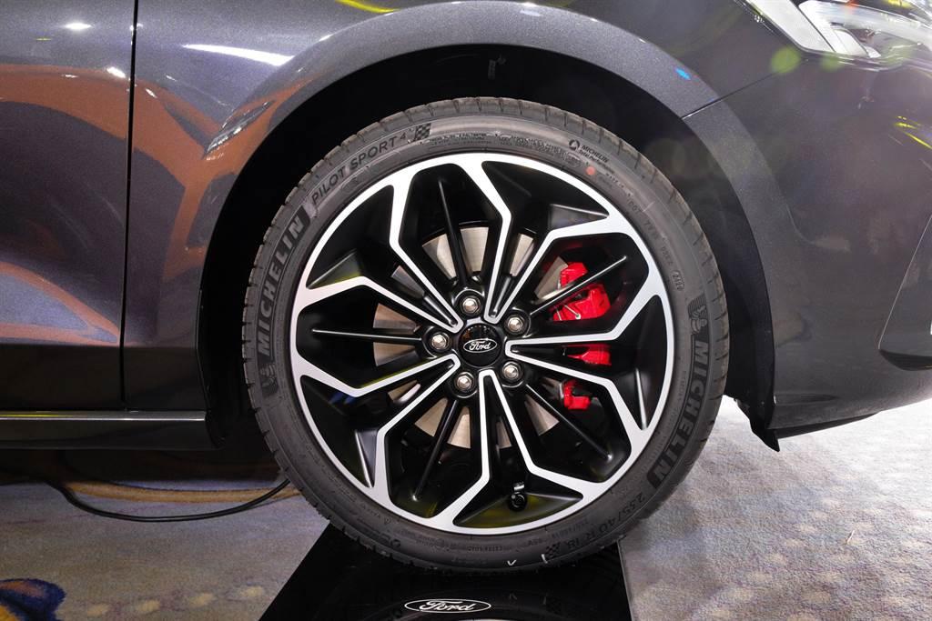 足踏18吋雙色切削鋁圈,搭配PS4高性能跑胎,煞車系統也升級前後加大跌及紅色卡鉗。