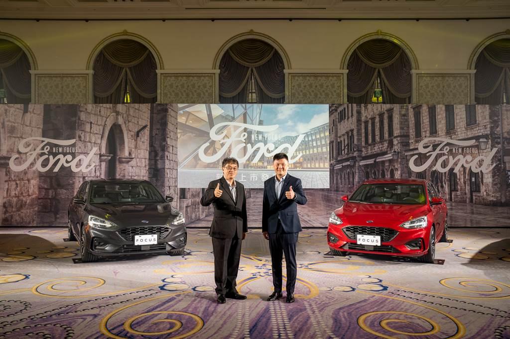 Ford Focus車系售價橫跨60萬元的入門車型至破百萬元的性能車款,更喊出「總有一台Focus適合你」的口號,顯見業者對Focus的信心,圖為福特六和汽車營銷服務處副總經理蘇嘉明(左)、行銷處處長沈仁偉(右)與Focus ST-Line Lommel。