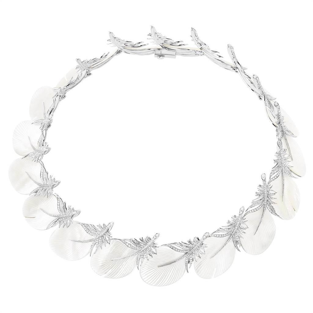寶詩龍Caresse de Plume主題項鍊,鑲嵌鑽石、珍珠母貝,825萬元。(Boucheron提供)