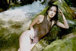 房思瑜山中裸上身放飛自我 出道19年首發健美寫真書