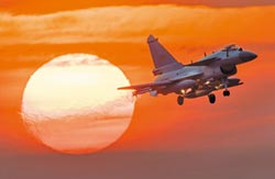 壓制印軍飆風 巴國棄F-16買殲-10CE