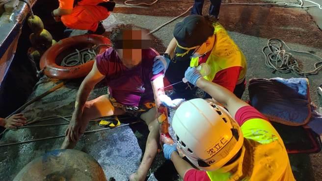 119救難人員將黃姓老婦人救上岸之後,立即協助清潔消毒及包紮傷口。(宜蘭縣政府消防局提供/胡健森宜蘭傳真)