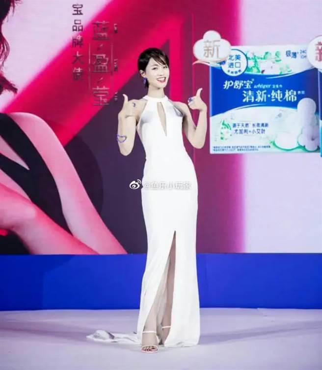 藍盈瑩出席活動,以正面開衩的禮服展現好身材。(圖/摘自微博@鱼乐小玩家)