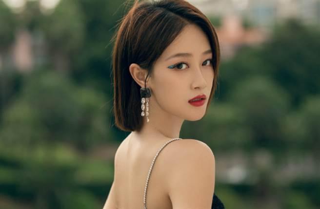 大陸女星藍盈瑩穿出正面開胸禮服,火辣出席活動展現身材。(圖/摘自微博@蓝盈莹Lyric )