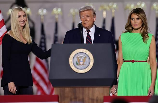 美國總統川普的前私人律師柯恩在新書中大曝,這位白宮主人認為,女兒伊凡卡是好幫手,第一夫人梅蘭妮亞就算要走人,他也能隨時找到老婆,圖為川普8月27日和梅蘭妮亞(右)與伊凡卡(左)出席共和黨全代會,準備發表接受提名演說的神情。(路透)