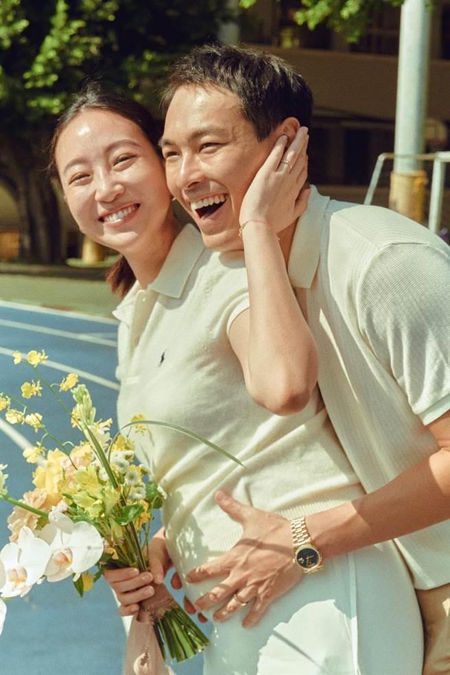 楊祐寧(右)和Melinda及孕肚中的寶貝同框。(取自臉書)