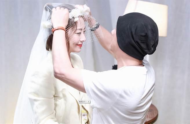 張衛健2009年在菲律賓教堂,補給張茜一個盛大的婚禮。(翻攝自張衛健微博)