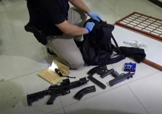 警方于当场查获步枪及散弹枪子弹破百颗、手枪改衝锋枪套件2组等证物,并查获第一级毒品海洛因1包、第二级毒品大麻1包。(警方提供/陈世宗台中传真)