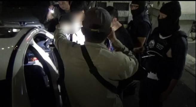 警方查缉时布署大批警力,于龙嫌及张嫌准备出门,趁其不备一拥而上逮捕犯嫌,张、龙2嫌反应不及,只能束手就擒。(警方提供/陈世宗台中传真)