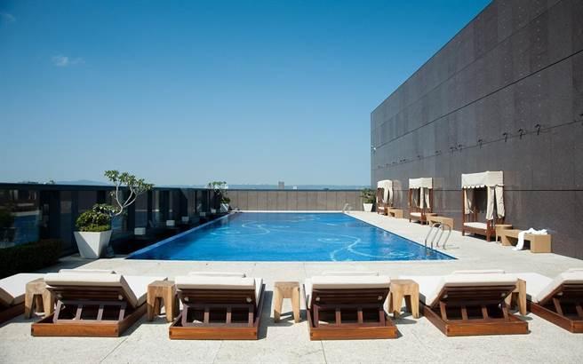 台北大倉久和大飯店「頂樓露天游泳池」。(五福旅遊提供)