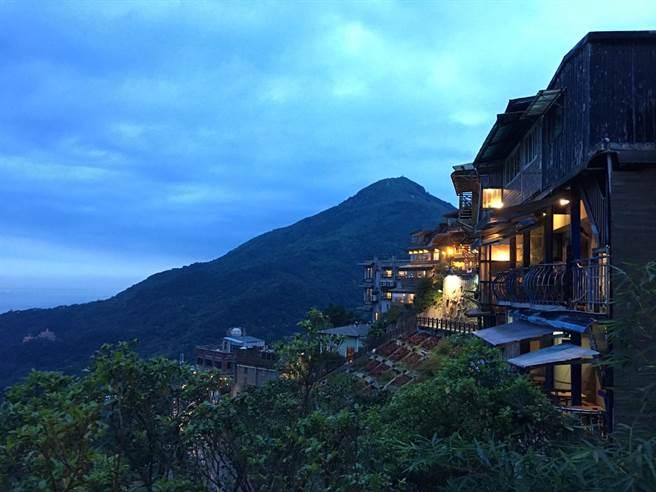 九份夜景迷人,搭配山景沿路燈光點點。(黃采薇攝)