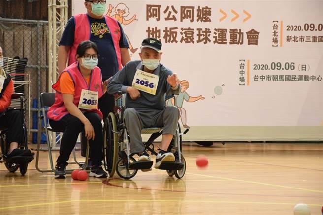 三重運動中心9日舉辦第六屆全國「阿公阿嬤地板滾球運動會」(戴上容攝)
