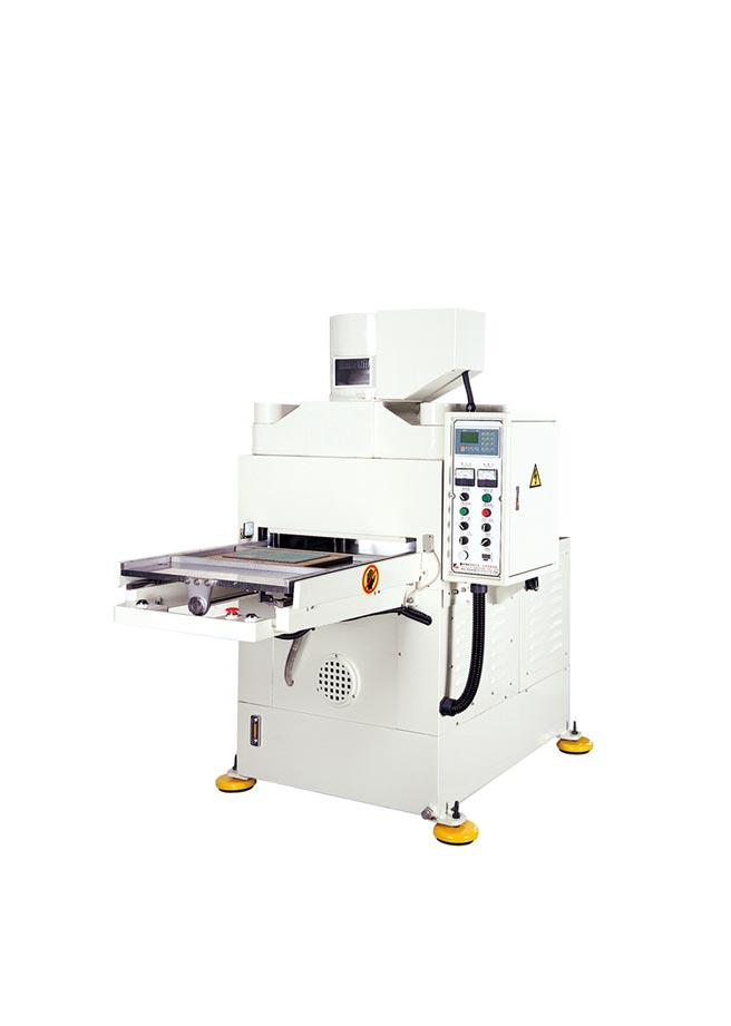矗霖機械CSS-603高精度四柱式油壓裁斷機,可代替傳統式鉆板,是無塵室廠房中最佳的專用機種。圖/矗霖機械提供