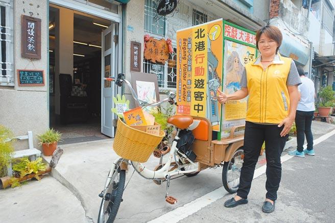 雲林縣北港遊客中心專案經理黃淑吟,全方位服務遊客按讚。(張朝欣攝)