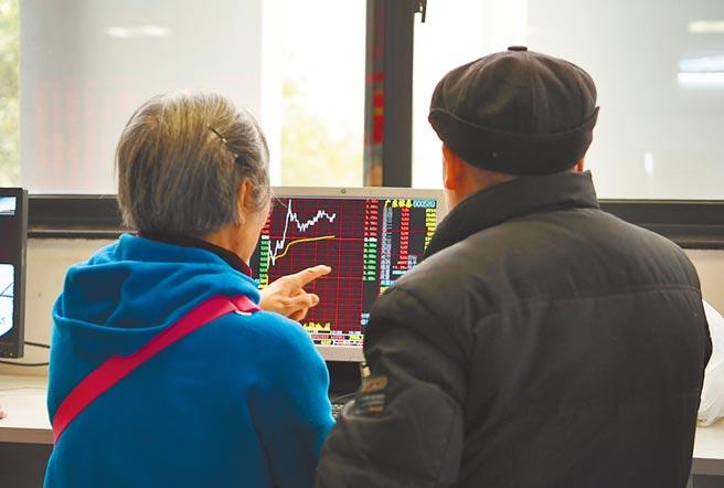 四川成都市一證券營業部大廳,股民關注股票行情。(中新社資料照片)