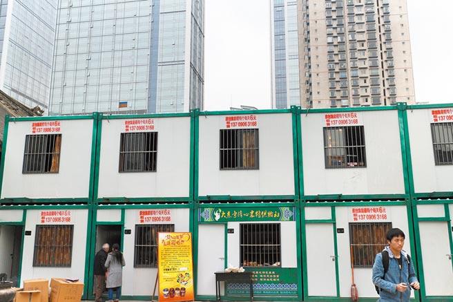 成都商業大樓下,一排排貨櫃式的出租房格外顯眼。(中新社資料照片)
