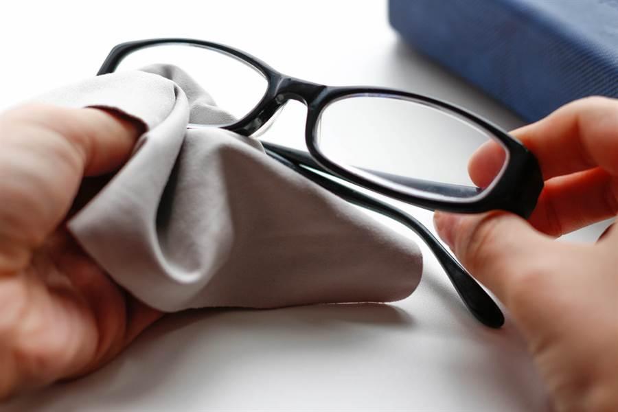 眼鏡布不是用來擦鏡片,其真實功能竟是防撞,網一看驚呼,真的長知識了。(示意圖/Shutterstock)